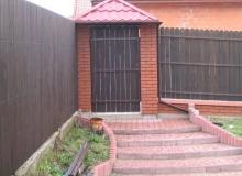 wykonanie ogrodzenie drewnianego wraz z słupami z cegły