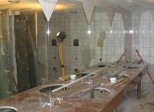 Osadzanie lustra w łazience publicznej