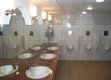 Montaż urządzeń sanitarnych w toalecie publicznej