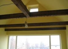 szlifowanie i bejcowanie drewnianej konstrukcji dachu