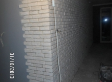 układanie narożnika cegły ozdobnej gipsowej