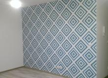 wklejanie tapety na ścianę